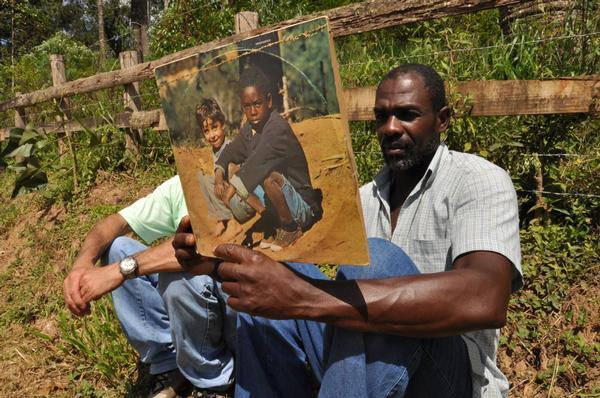 Depois de 40 anos, morador de Rio das Ostras, Cacau, repete a cena da foto do disco do Clube da Esquina.